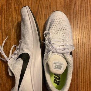 Like new! White Nike Air Pegasus!
